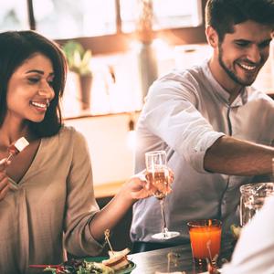 Frau und Mann beim Abendessen