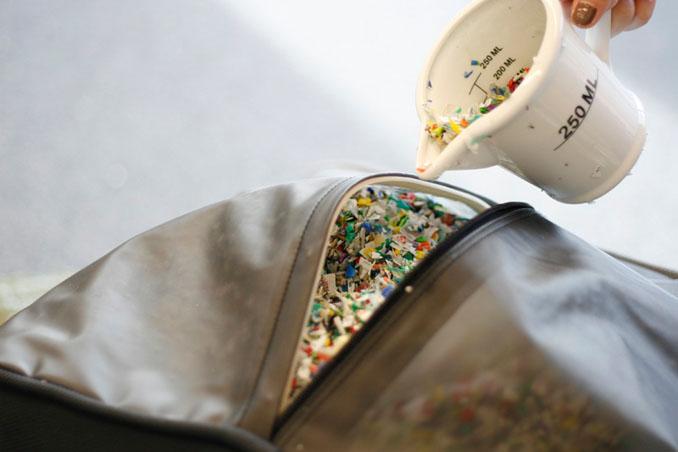 Gefüllt werden die Hocker mit zerhäckselten PET-Flaschen. Praktisch, bequem und umweltfreundlich ©KaCaMa Design Lab