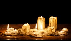 Kerzenwachs_auf_dem_Parkett