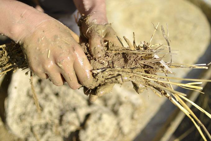 Lehm ist ein natürlicher Stoff, der für den Hausbau ideal geeignet ist © PetarPaunchev/ iStock/ Thinkstock