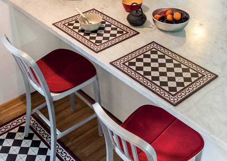 Recycling für den Tisch: Nachhaltige Tischsets und Teppich mit Fliesenmuster