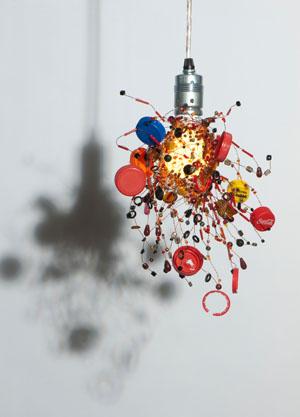 Auch Plastikverschlüsse von Flaschen finden für die Lampendesigns Verwendung © World of Eve