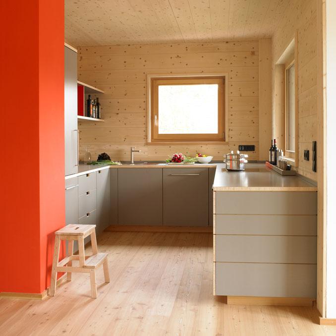 Die Küche setzt schöne Farbakzente © Felix Holzer