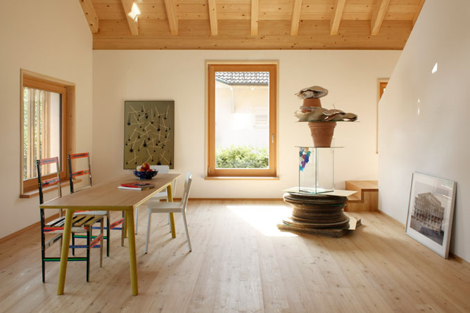 Der Wohnbereich ist offen, warm und herzlich gestaltet. © Felix Holzer