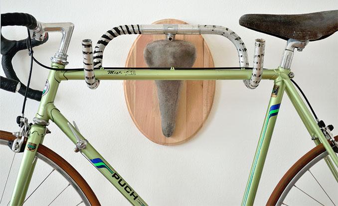 Die Upcycling Jagd-Trophäe eignet sich auch wunderbar um sein Fahrrad dekorativ ins Wohnzimmer zu hängen © glandis.com