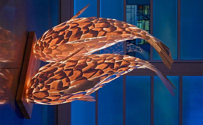 Ob an den Wänden oder auf dem Boden. Die Skulpturen wirken mystisch und schimmern schön © Frank Gehry
