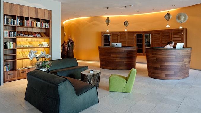 Einige Hotels setzen Furnier als edle Verkleidung für ihre Infopoints ein © IFN/Hotel Seerose