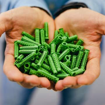 Jetzt kannst du deine Regale grün andübeln