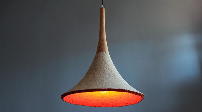 Natürliche Lampe, die warmes Licht spendet © Jam Editions Inc.