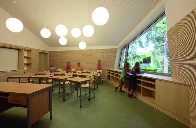 Eine warme und freundliche Gestaltung sorgen für ein effektives Lernen. Wer wollte nicht in so eine Schule gehen? © Ramona Buxbaum Architekten