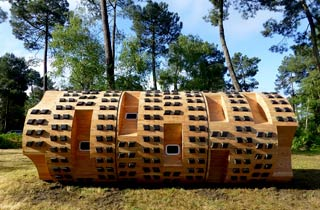 Le Tronc Creux: Baumstamm-Holzhaus mitten im Wald