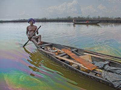 Fischer in öligem Wasser