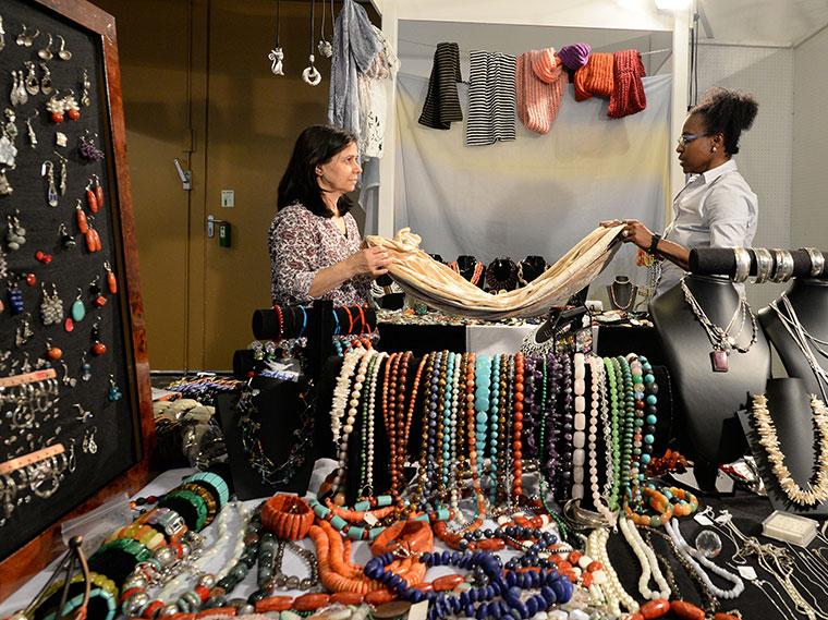 Produkte aus aller Welt auf dem Bazaar in Berlin.