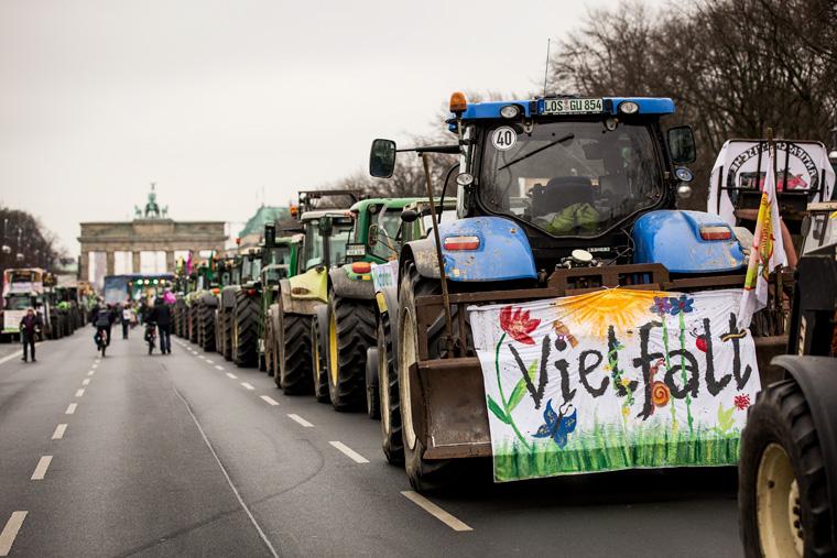 130 Traktoren wurden durch die Straßen von Berlin geführt