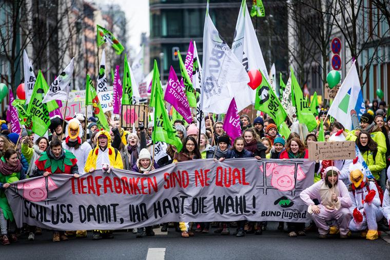 Große Demo in Berlin gegen Agrarkonzerne