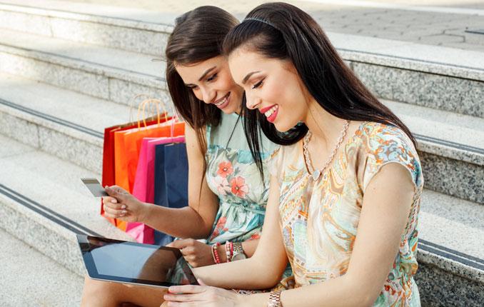 Frauen beim onlineshopping