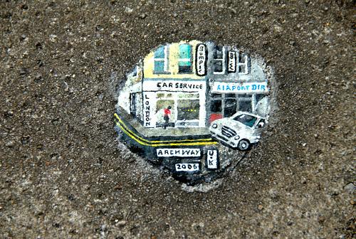 Nachhaltige Kunst in London: Ben Wilson bemalt Kaugummi.