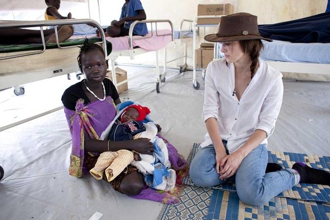 Keira Knightley unterhält sich mit Nyandow Nhial Khor, die in dem Camp bei Bor ihr erstes Kind zur Welt gebracht hat. Das Neugeborene musste wegen Malaria behandelt werden: Die Krankheitserreger verbreiten sich wegen des verunreinigten Trinkwassers sehr schnell. © Abbie Trayler-Smith