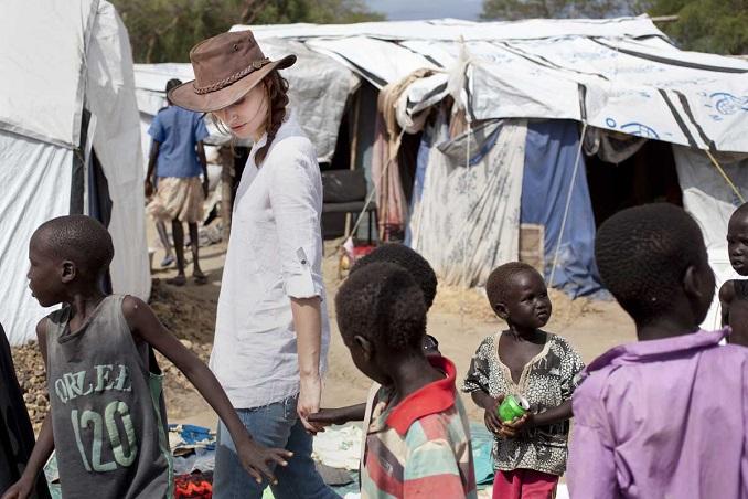 Keira Knightley im Camp bei Bor im Bundesstaat Jonglei State. Die Region ist mit am stärksten von dem seit Dezember 2013 andauernden Konflikt betroffen. Die Bedingungen im Camp sind erschreckend ? Krankheiten, Hunger und Angst vor weiteren Übergriffen sind an der Tagesordnung. © Abbie Trayler-Smith