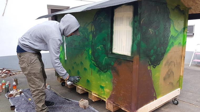 Sven Lüdecke aus Köln baut Wohnboxen für Obdachlose.