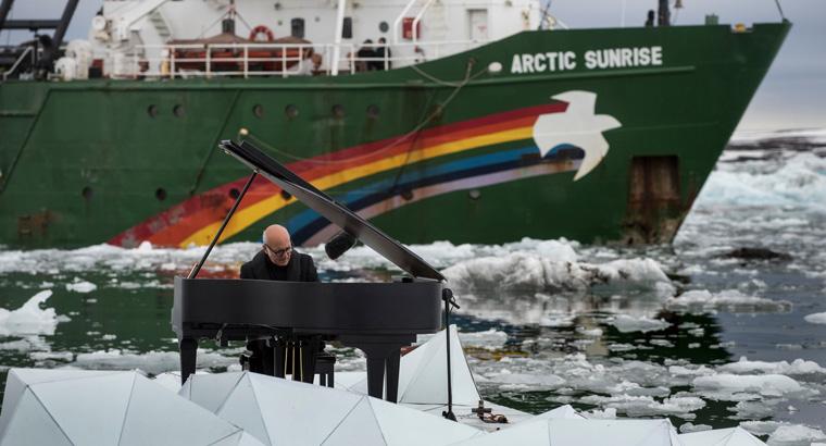 Der Pianist Ludovico Einaudi und Greenpeace inszenierten im Zuge einer Kampagne zum Schutz der Arktis ein emotionales Klavierkonzert vor Spitzbergen.