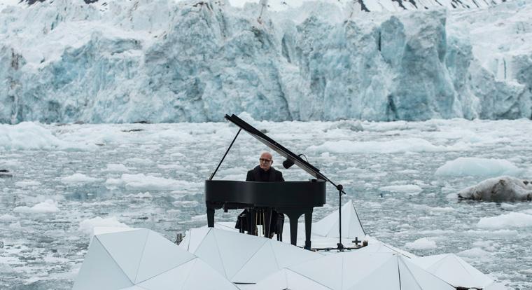 Leise Klaviermusik begleitet vom lauten Donnern brechender Eisschollen und plätscherndem Wasser