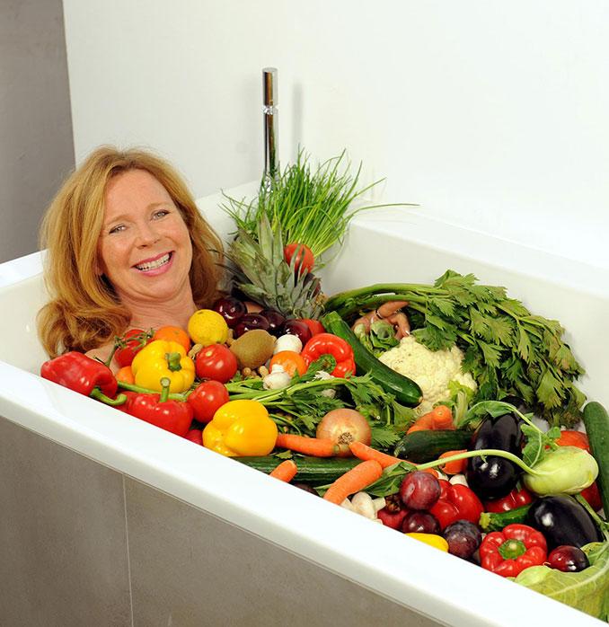 Marion Kracht in einer Badewanne