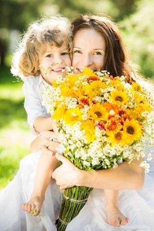 Mütter freuen sich auch über selbstgepflückte, einheimische Blumen von der Wiese. © Yarruta/iStock/Thinkstock