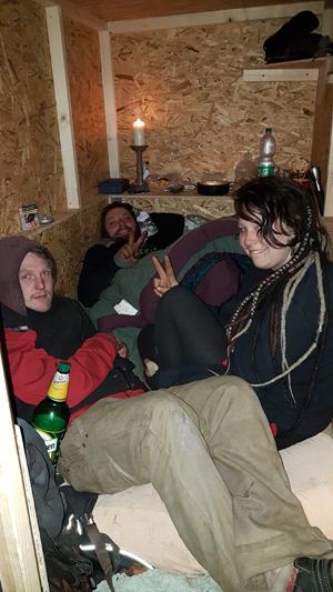 Obdachlose erhalten von Sven Lüdecke ein Holzhäuschen