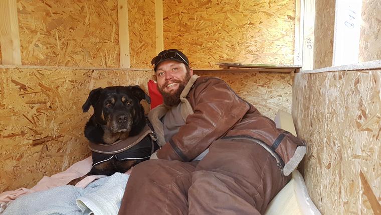 Obdachloser erhält von Sven Lüdecke ein kleines Holzhäuschen.