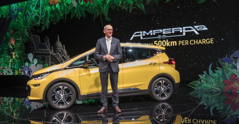 Opel-CEO Karl-Thomas Neumann präsentierte das neue Elektroauto beim Pariser Automobilsalon