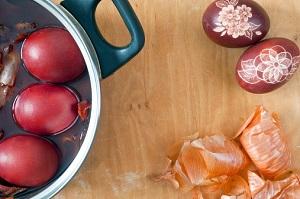 Ostereier kann man zum Beispiel natürlich mit Zwiebeln färben. © borzywoj/iStock/Thinkstock