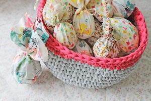 Eine Strickanleitung für ein Osternest gibt es zum Beispiel auf Makerist.de ©Makerist