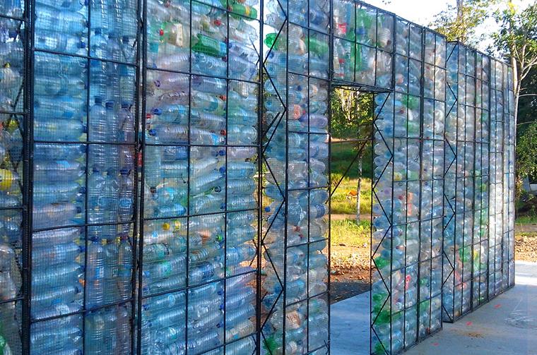 pet flaschen recycling oder ein haus aus pet plastikflaschen bauen. Black Bedroom Furniture Sets. Home Design Ideas