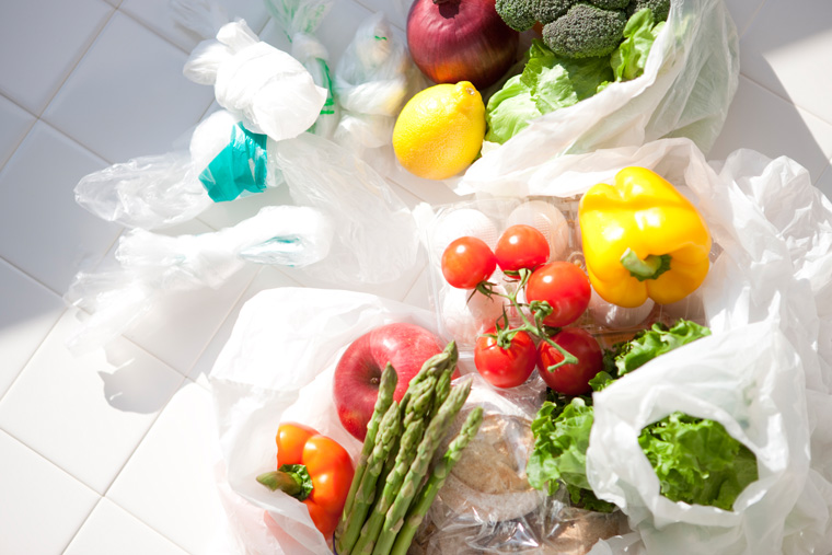 Noch besser als für Plastiktüten zu bezahlen ist es natürlich, beim Einkaufen immer eine wiederverwendbare Tasche dabei zu haben