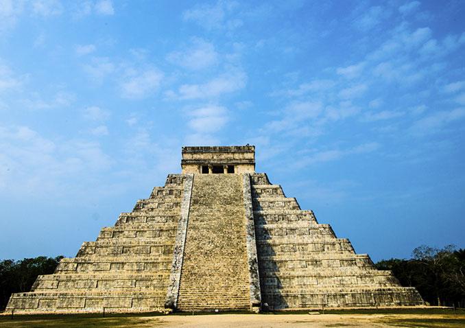 Maya Pyramide vor blauem Himmel
