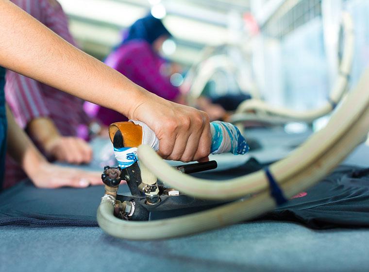 Arbeiterin in Textilfabrik