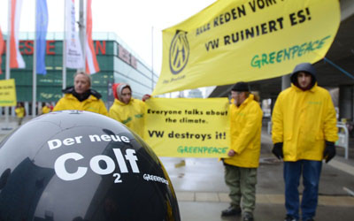 Greenpeace demonstriert gegen Volkswagen Co2lf
