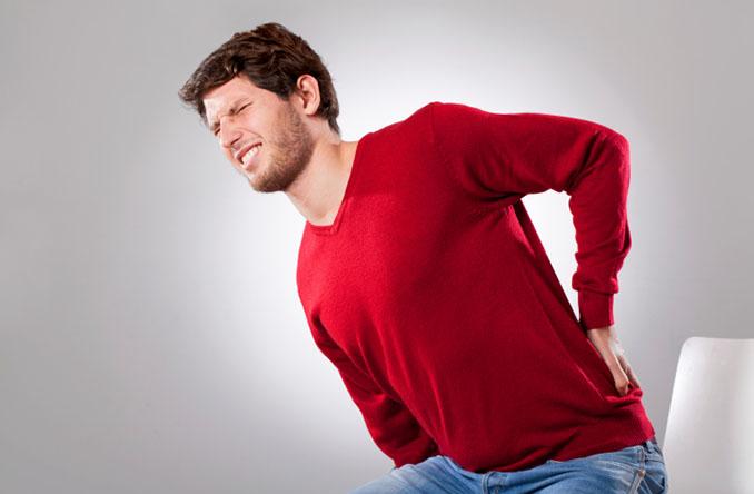 Rückenschmerzen sind leidig und nicht schnell zu beseitigen © KatarzynaBialasiewicz (iStock)