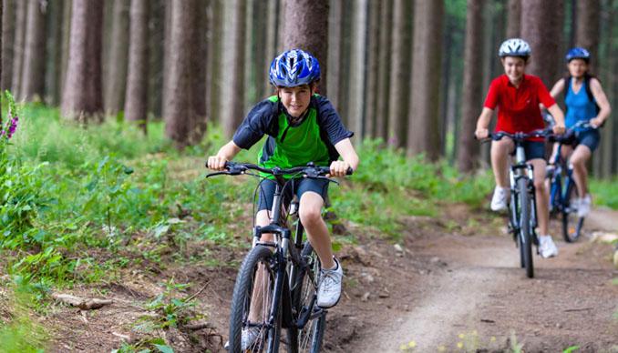 Egal ob im Straßennverkehr oder im Wald: Kinder sollten in jedem Fall einen Helm tragen. © gbh007 (iStock / thinkstock)
