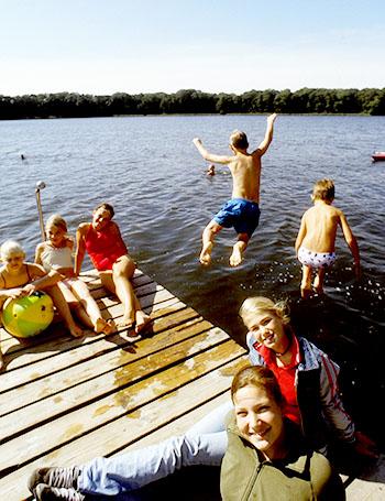 Kinder haben beim Schwimmen ihren Spaß und auch Erwachsene finden Platz zum Entspannen © Tourismusmarketing Brandenburg