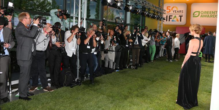 Der grüne Teppich, auf dem sich die Fernsehmoderatorin Mareile Höppner wie viele andere fotografieren ließ, bestand in diesem Jahr erstmals aus echtem Rasen