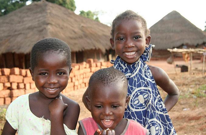 Lachende Kinder im Dorf in Afrika
