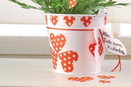Blumentopf mit süßen Herzchen verziert - das perfekte Geschenk zum Muttertag