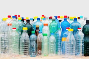 In allen Formen und Farben. PET-Flaschen: unökologisch! ©iStockphoto