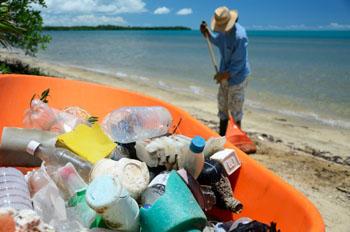 Nur wenige Plastik-Teile werden ans Ufer geschwemmt. Der Großteil landet unter anderem auf unserem Teller ©iStock
