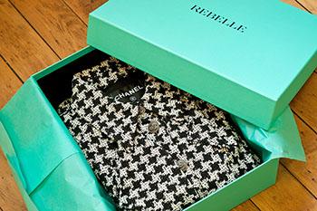 Diese Jacke von Chanel und viele andere Produkte kann man direkt und günstig bei REBELLE bestellen