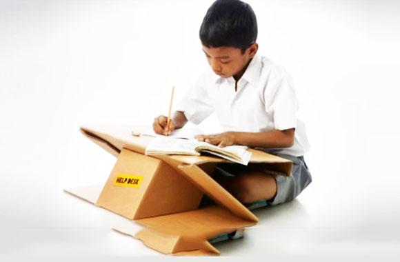 aarambh help desk aus pappe ist schreibtisch und rucksack in einem. Black Bedroom Furniture Sets. Home Design Ideas
