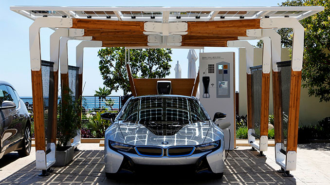 Über eine Laufzeit von 30 Jahren rechnet sich der Anschaffungspreis immens. Nur noch 10% der Kosten auf 100 km gegenüber herkömmlichem Sprit. © BMW