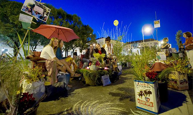 Der Garten ist mitten auf der Straße und bietet Platz für einen netten Plausch unter Freunden © Tobias Hase